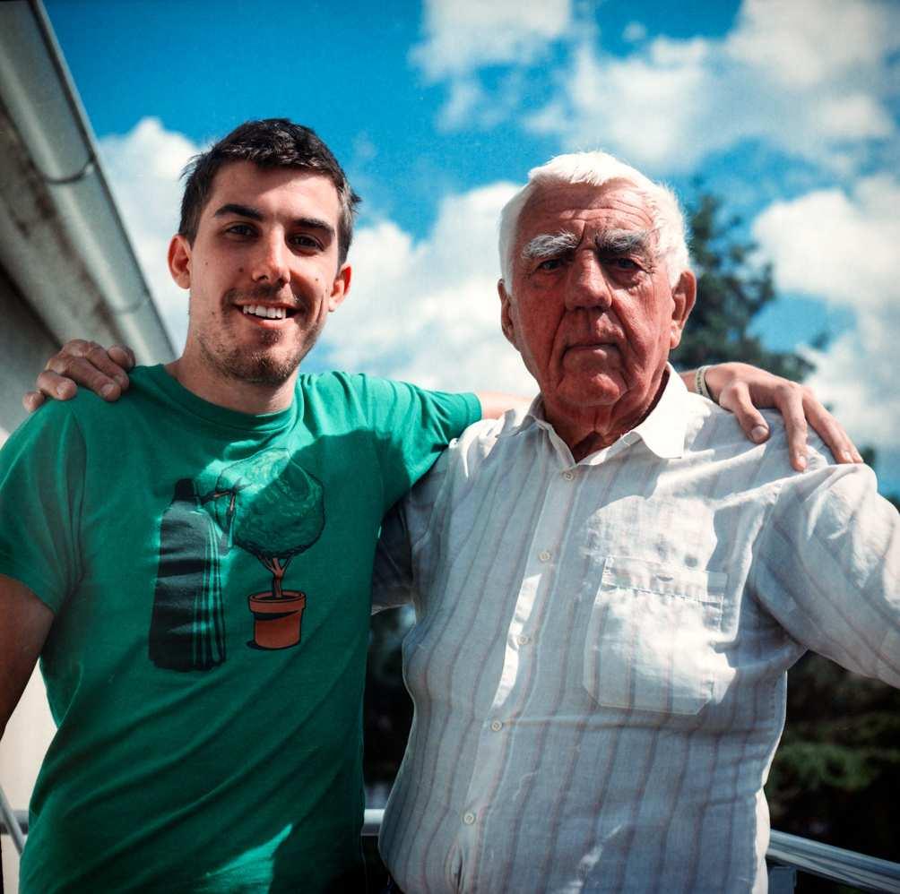 Img abuelo nieto familia