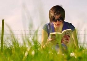 Img adolescente leyendo articulo