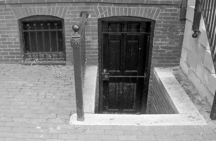 Img basement puerta