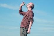 Beber dos litros de agua al día: ¿hábito saludable o mito?