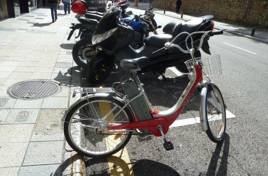 Img bicicleta electrica aparcada listg