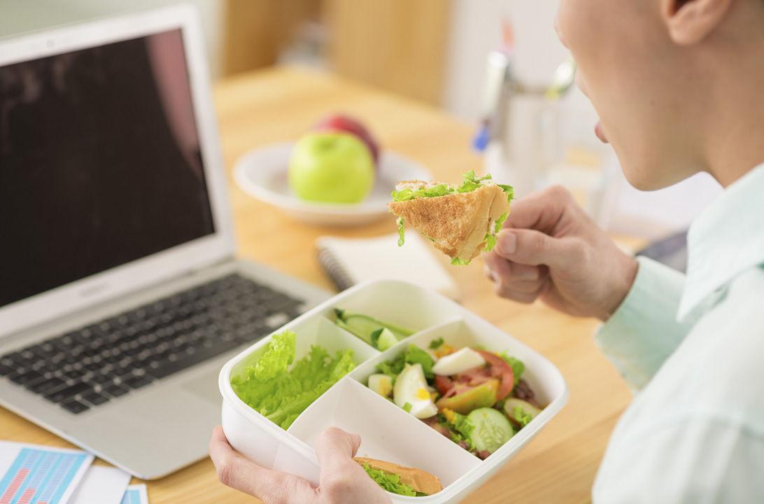 img_comer en la oficina hd