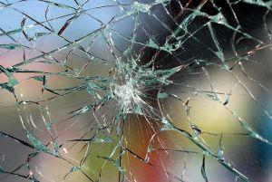 En busca y captura la autoria de la rotura del cristal del patio