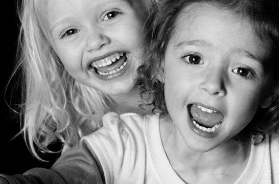 Img dormir ninos felices sonrisa felicidad problemas dormir sueno infantil pediatria paternidad listg