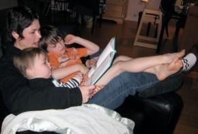 Img familia leyendo 3