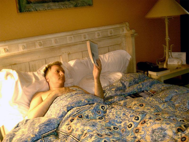 img_leyendo cama