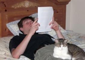 Img leyendo contrato articulo