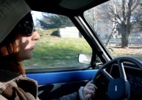 Img mujer conduciendo articulo