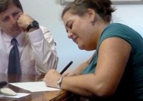Img mujer firmando artticulo