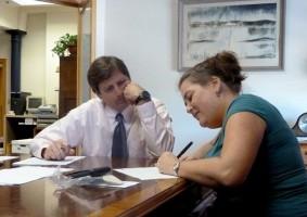 Img mujer firmando artt