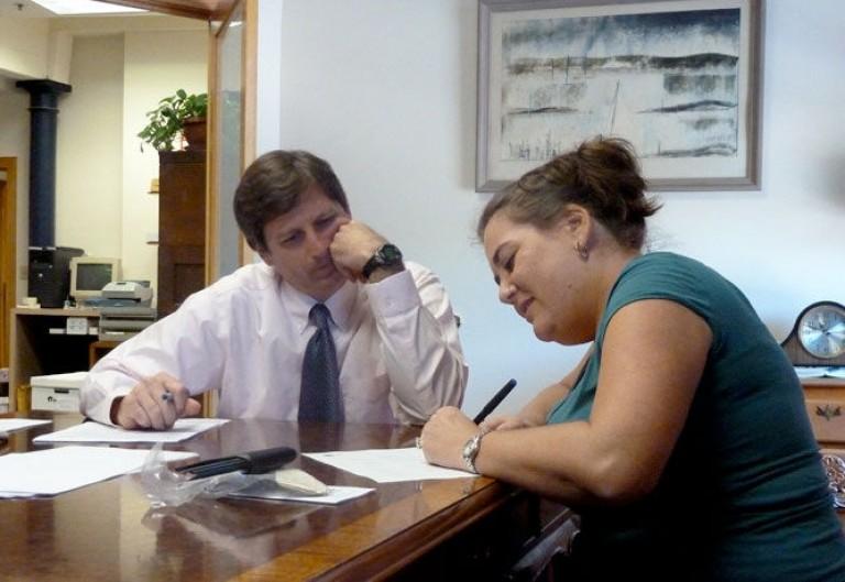 img_mujer firmando hd_