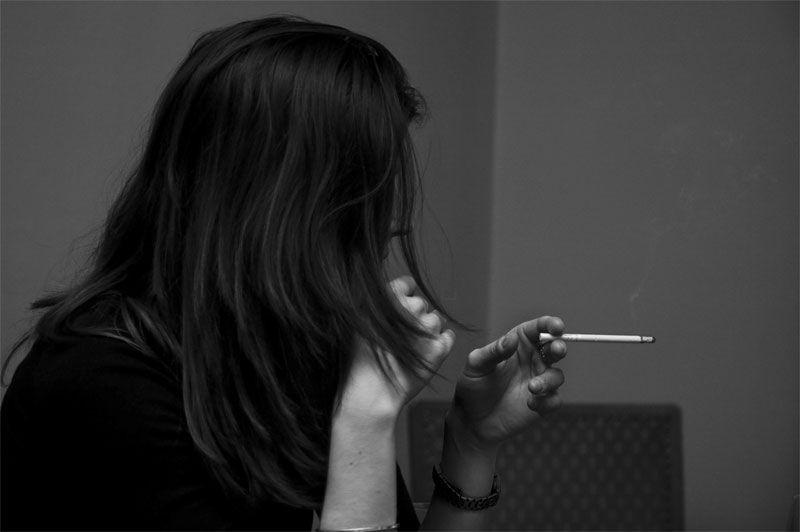 Img mujer fumando
