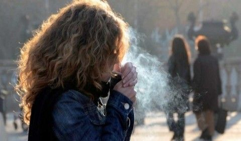 Img mujer fumando art