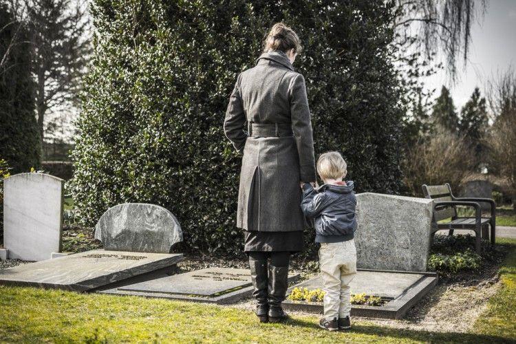 Img mujerychico cementerio grande
