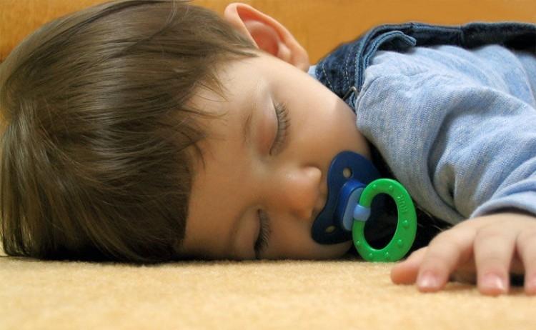 Img nene chupete dormir