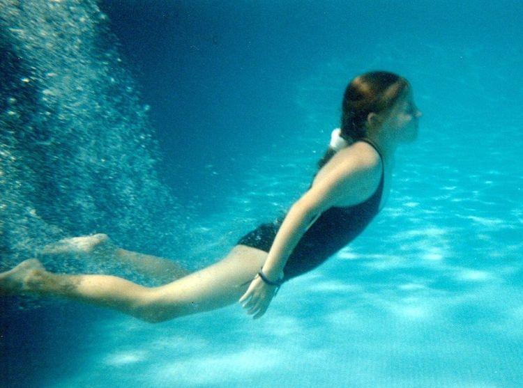 Img nina piscina bajo agua