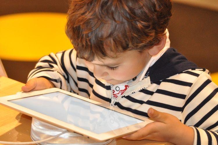 Img nino usando tablet