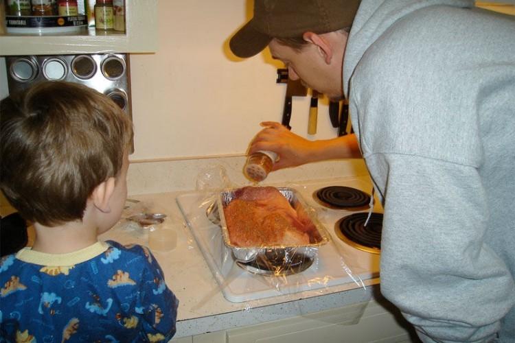 Img padre hijo cocinando grande