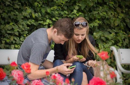 Img pareja usando whatsapp seguridad listg