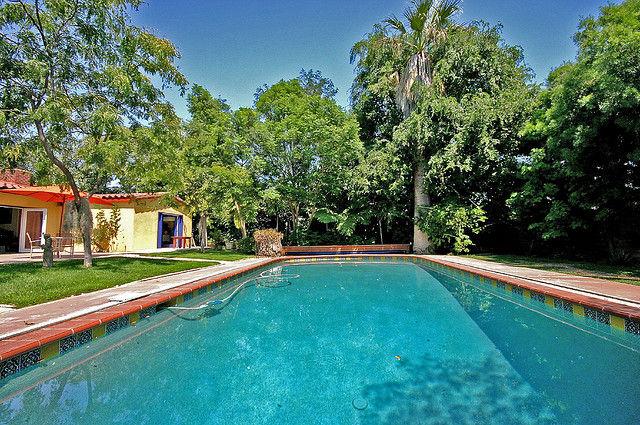 Una cubierta para la piscina