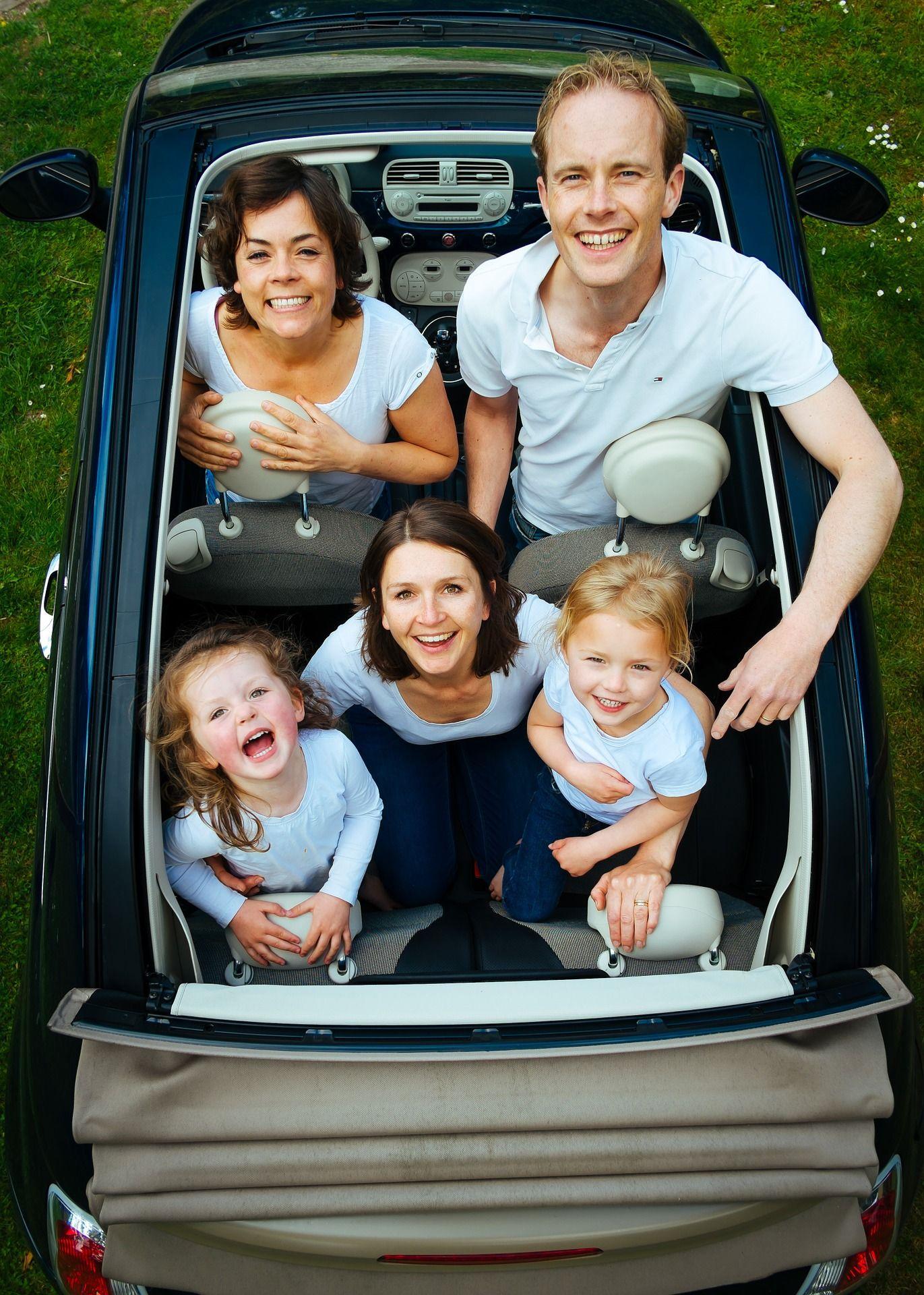 Img viaje en familia coche hd