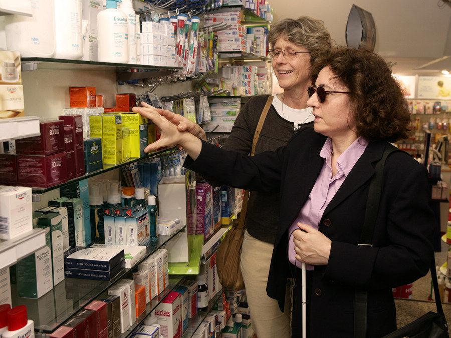 Img voluntaria en una farmacia