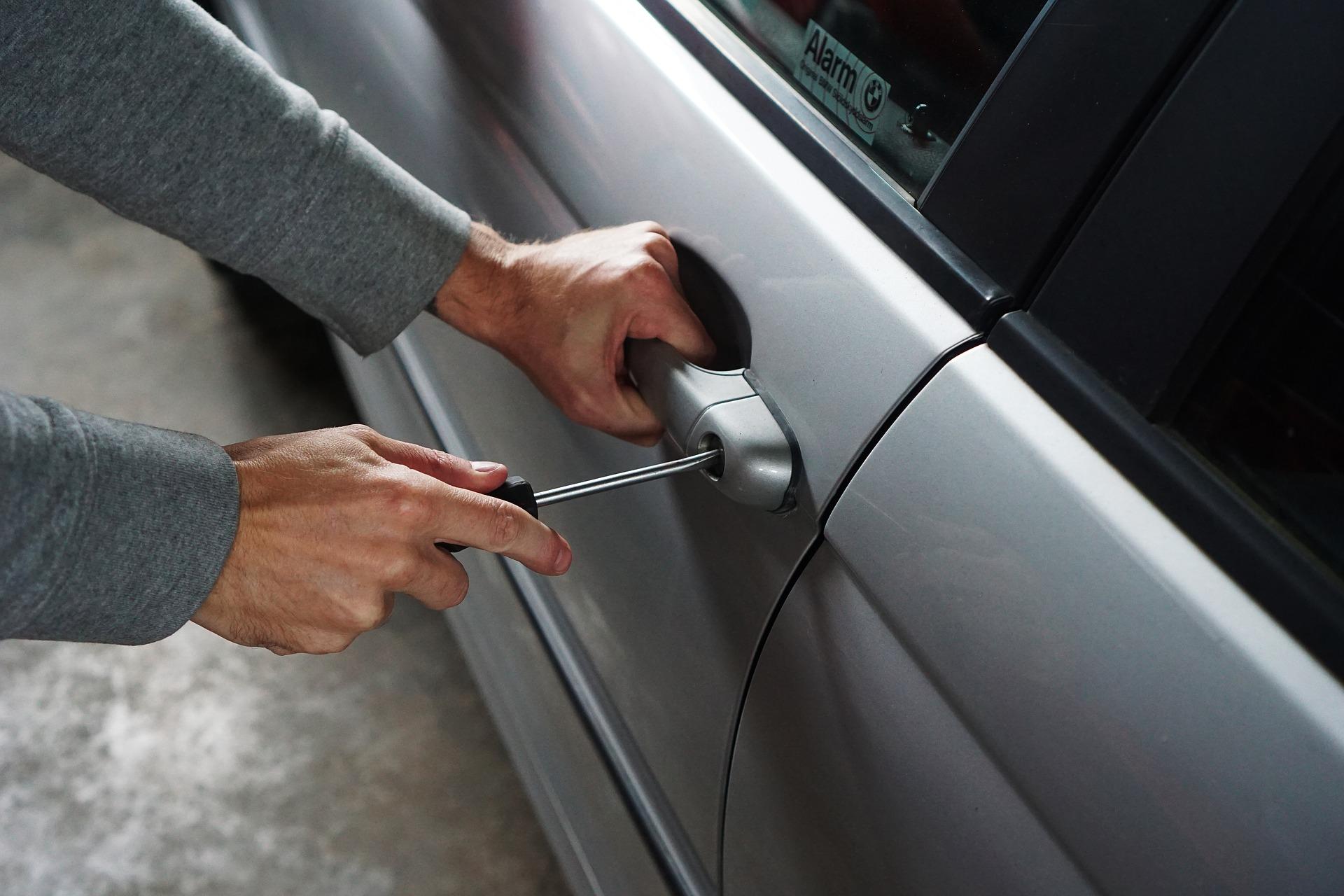 Ladron robo coche
