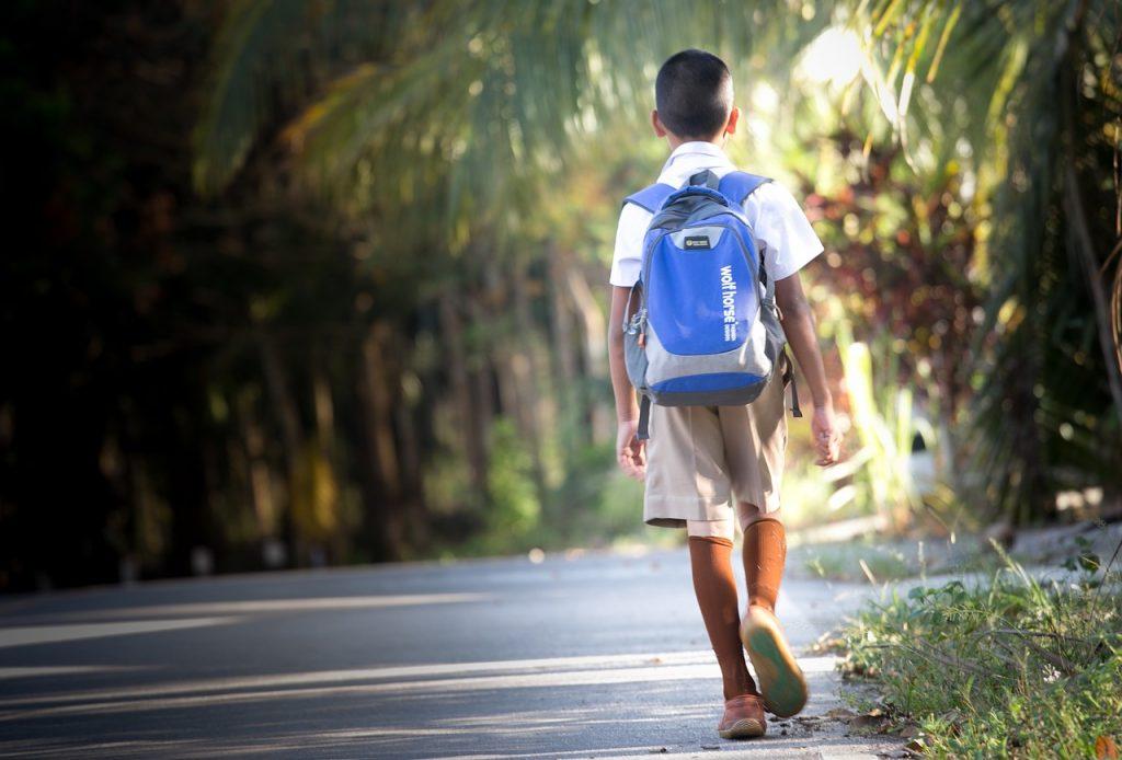 Niño camino colegio