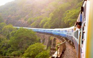 Un tren en marcha en la provincia de Goa, en India.