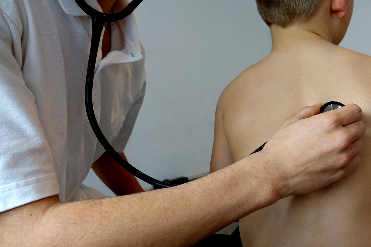 Auscultar medico pulmones