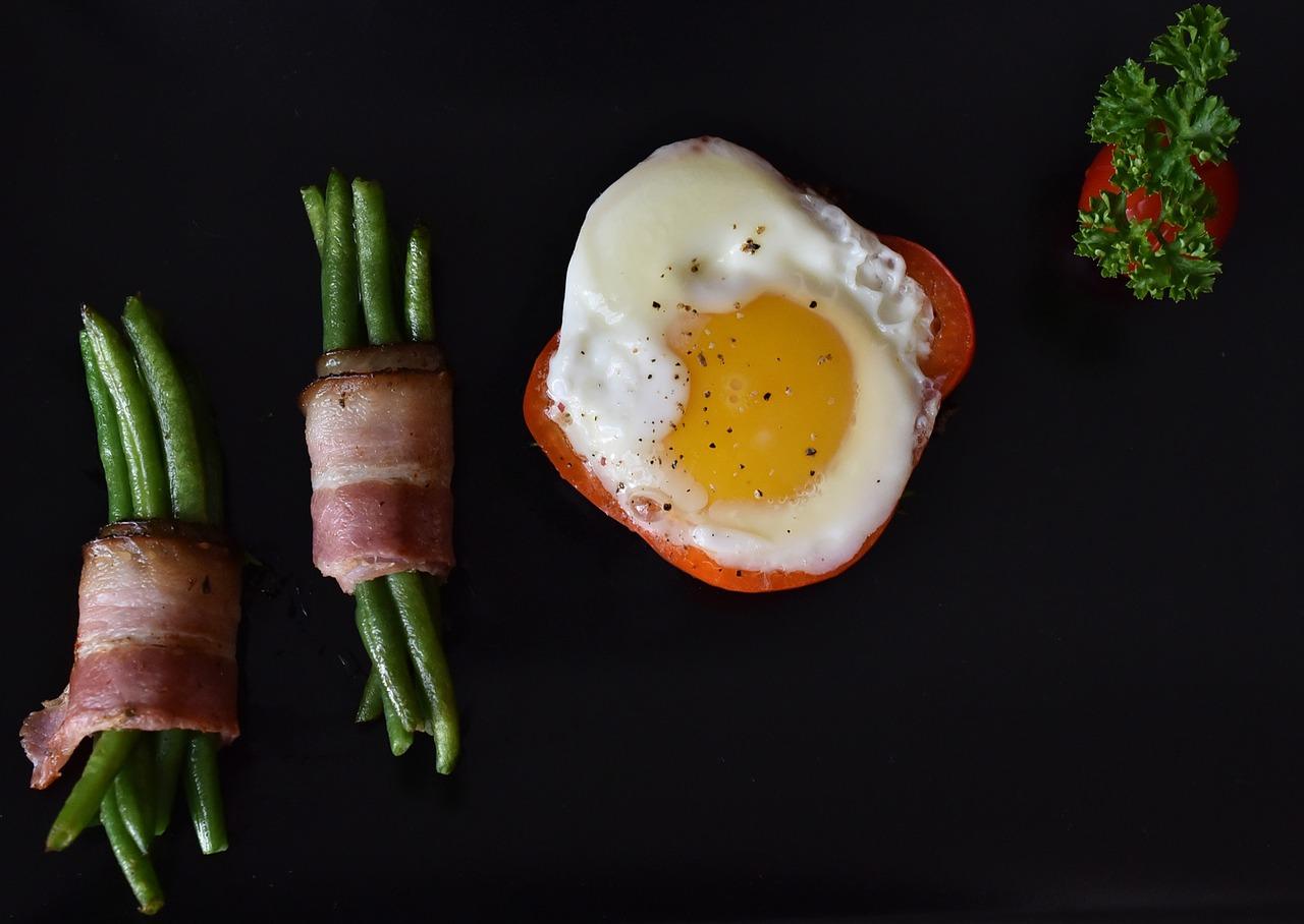 Huevo bacon ajetes