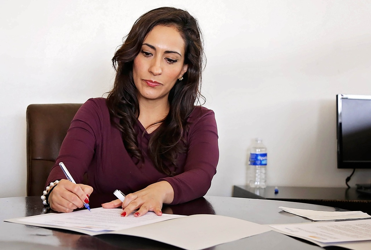Mujer oficina firmar