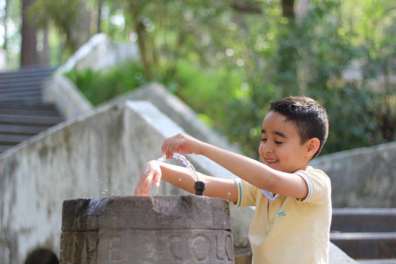 Nino fuente agua parque