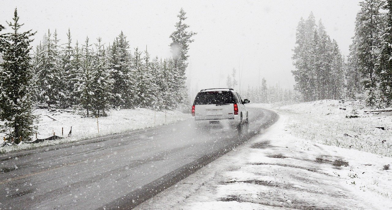 Coche nieve carretera