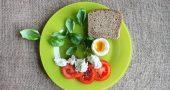 tomate queso abahaca huevo