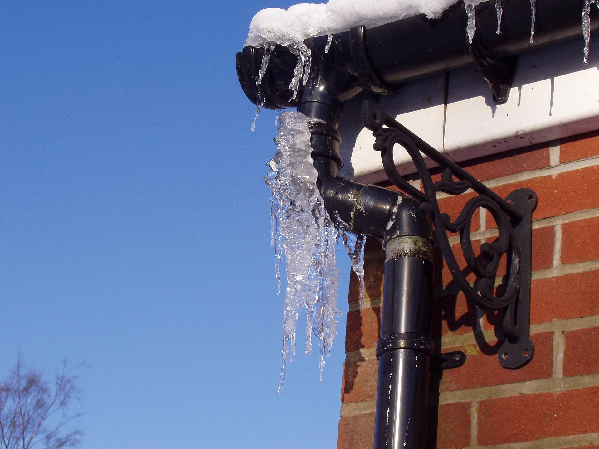 hielo nieve carambanos invierno desagüe tejado