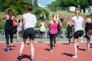 Adolescentes practicando una actividad física: zumba