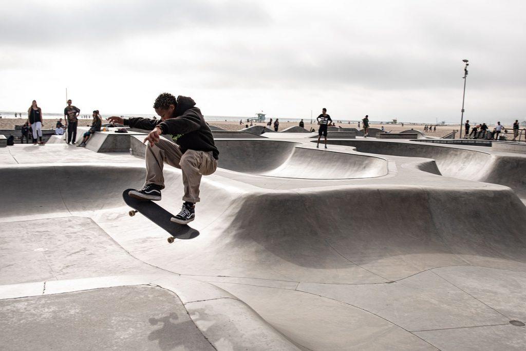 Adolescentes practicando actividad física: skate