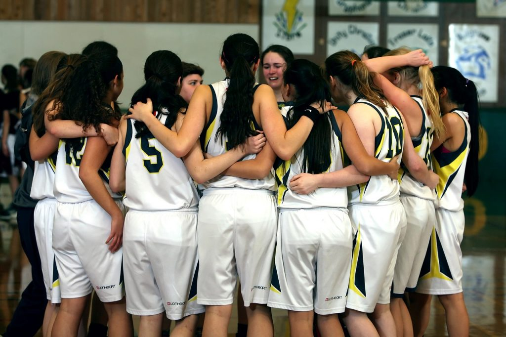Chicas practicando actividad física: baloncesto