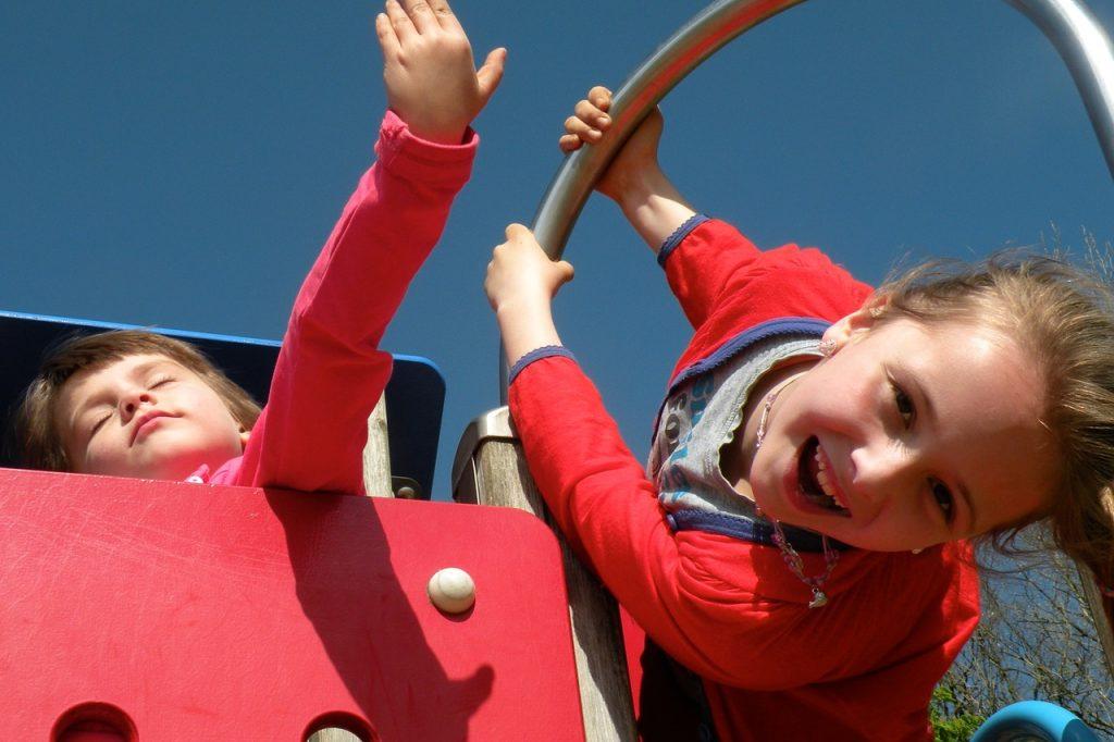 Niños praticando actividad física en un parque