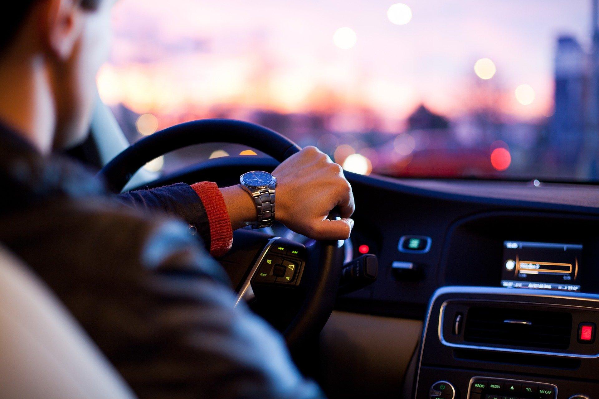 coche conducir volante trafico