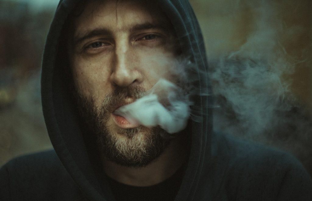 Joven vapeando un cigarro electrónico