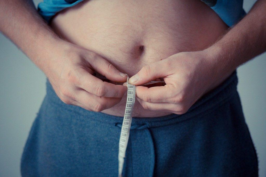 Hombre con obesidad Estrategia NAOS