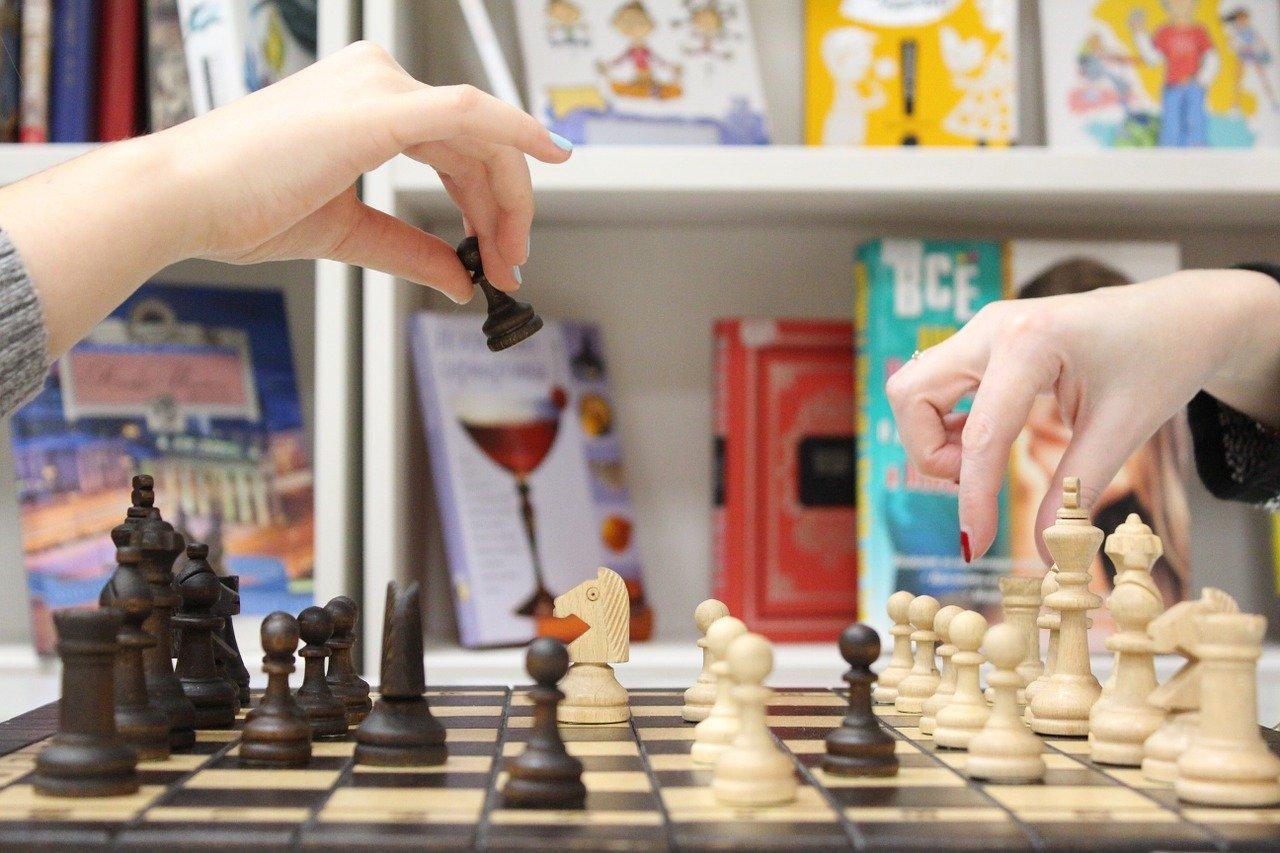 jugar ajedrez biblioteca