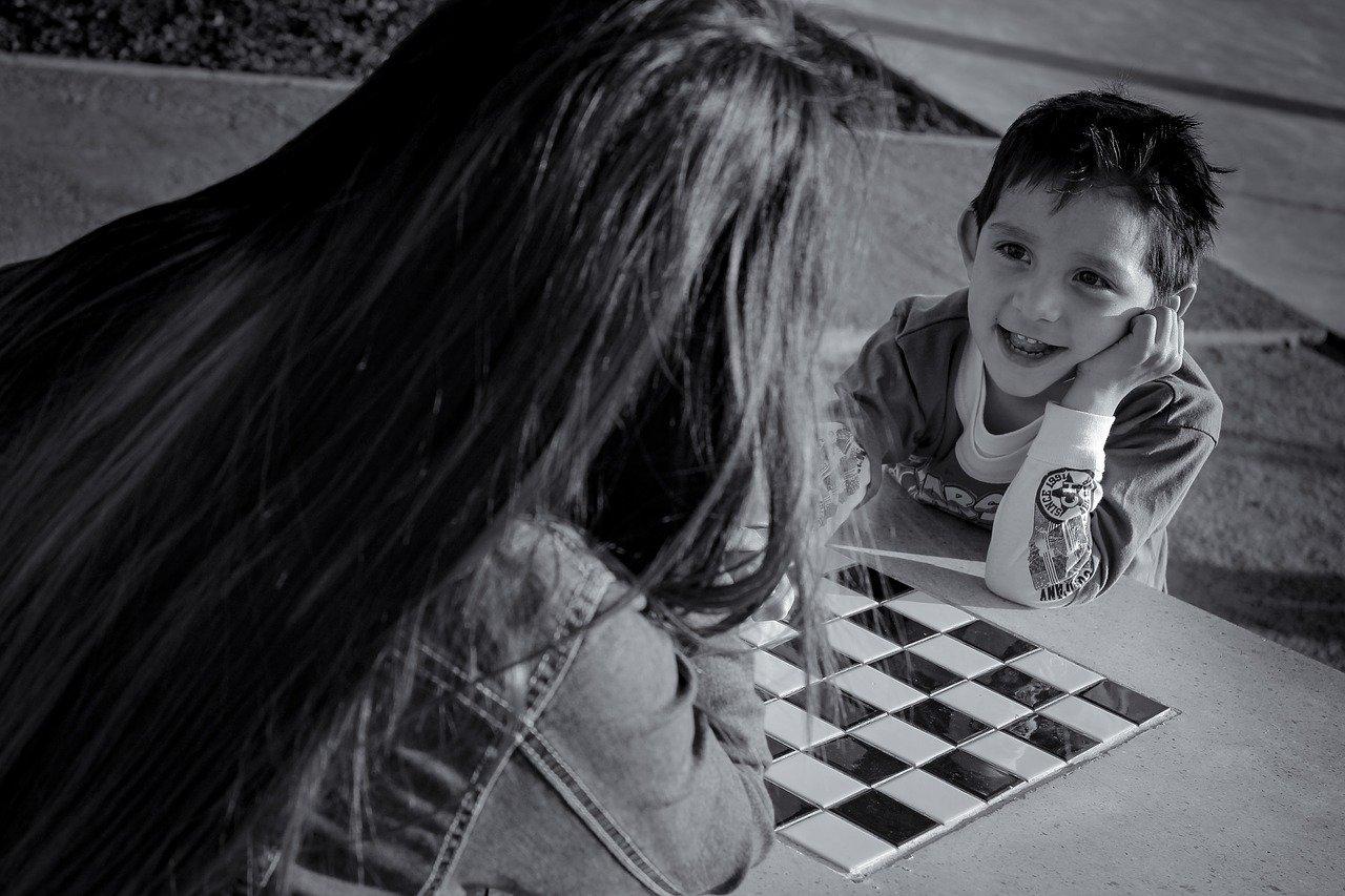 madre hijo ajedrez jugar