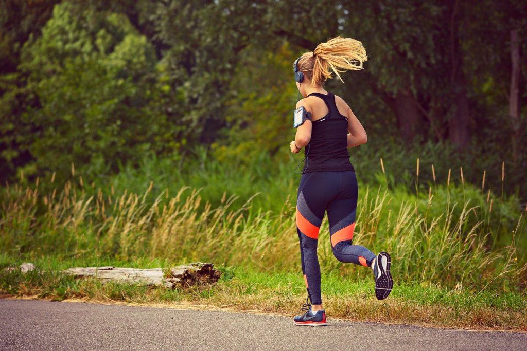Mujer runner corriendo