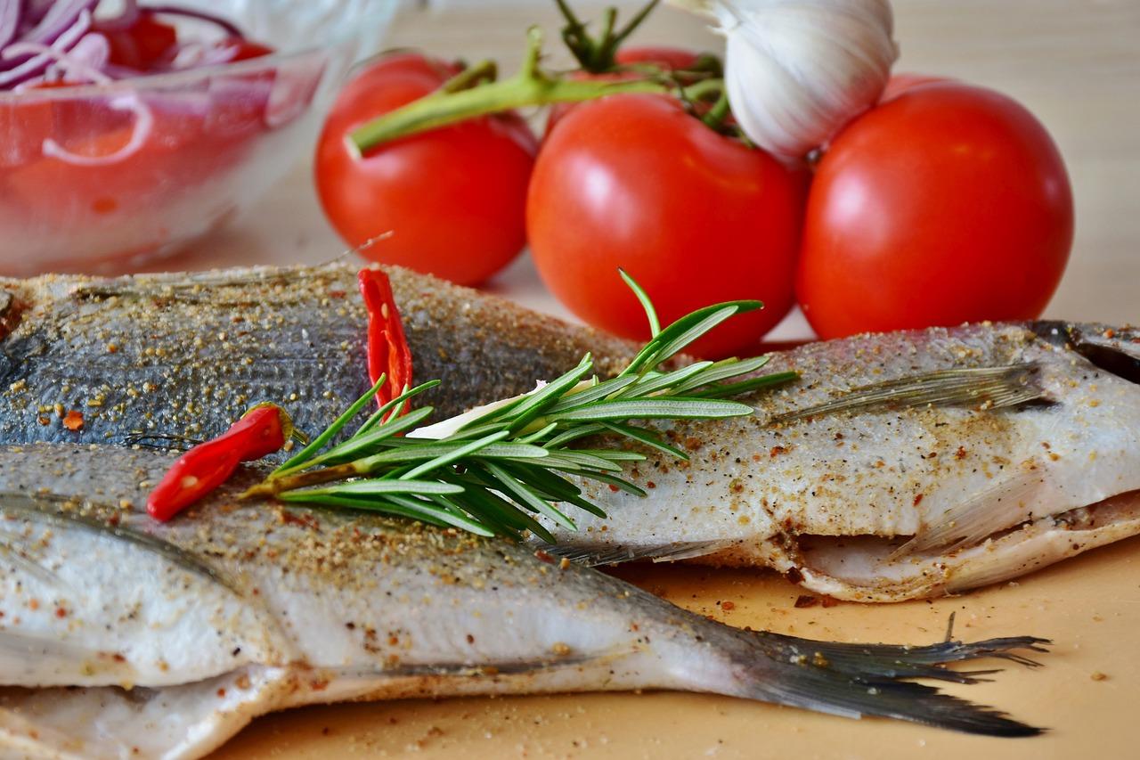 pescado fresco romero tomate ajo