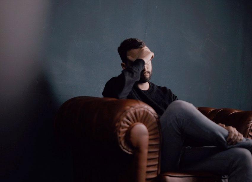 hombre migrana dolor cabeza