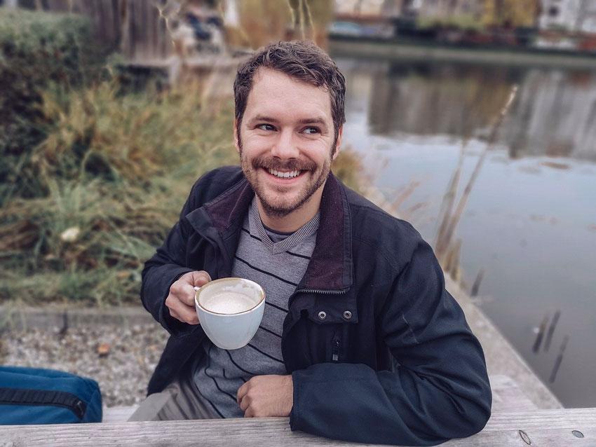 hombre cafe sonrisa