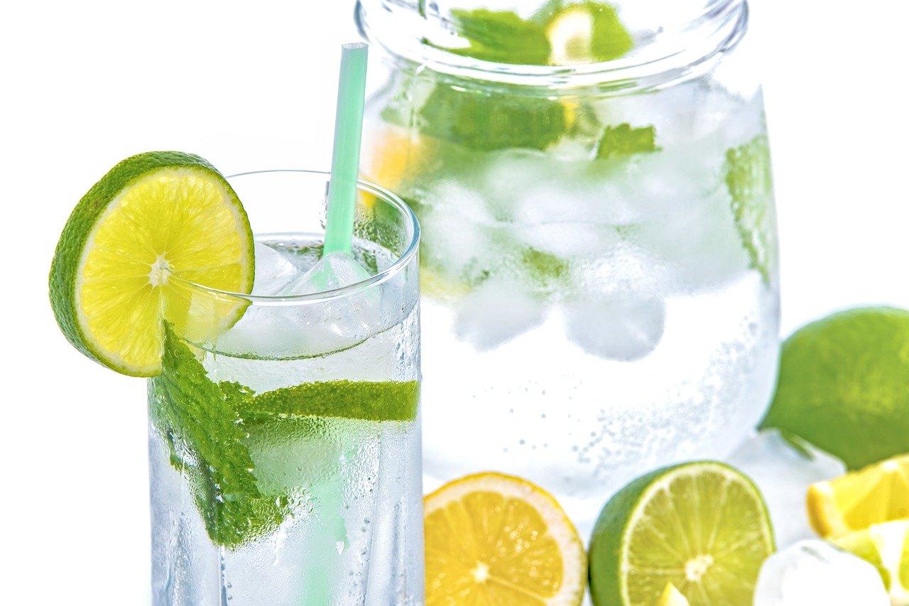 jarra vaso agua hielo limon